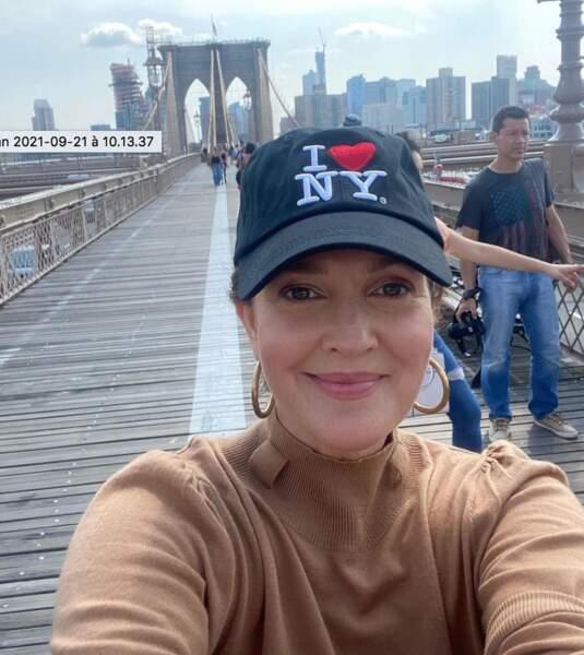 Où se trouve Drew Barrymore ? Un indice sur sa casquette.