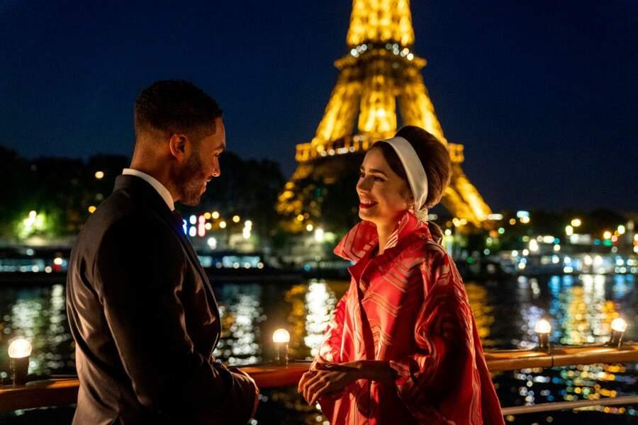 Un look très Audrey Hepburn pour l'héroïne, toujours sur fond de Tour Eiffel