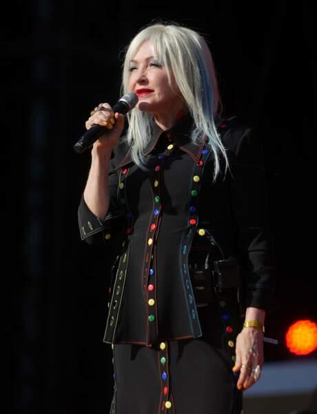 Cyndi Lauper en train d'interpréter son célèbre titre Girls Just Want To Have Fun, à New York.