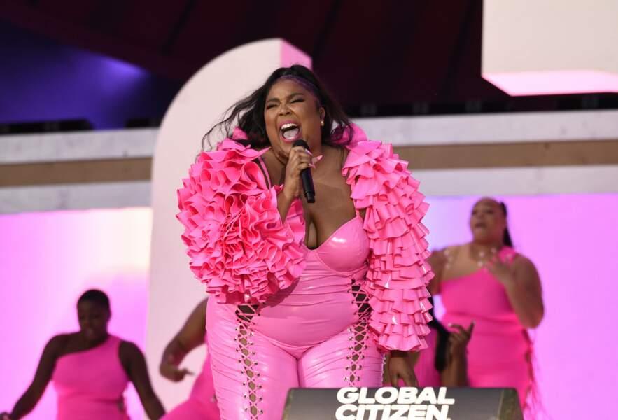 Pour l'événement, la chanteuse Lizzo a osé la combinaison latex rose bonbon.