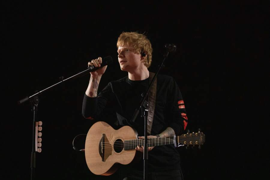 Ed Sheeran, sa fidèle guitare à la main, à Paris.
