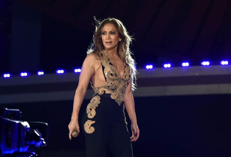 Jennifer Lopez, sublime en robe noire et dorée décolletéee, à New York pour le concert caritatif Global Citizen Live, organisé ce samedi 25 septembre.