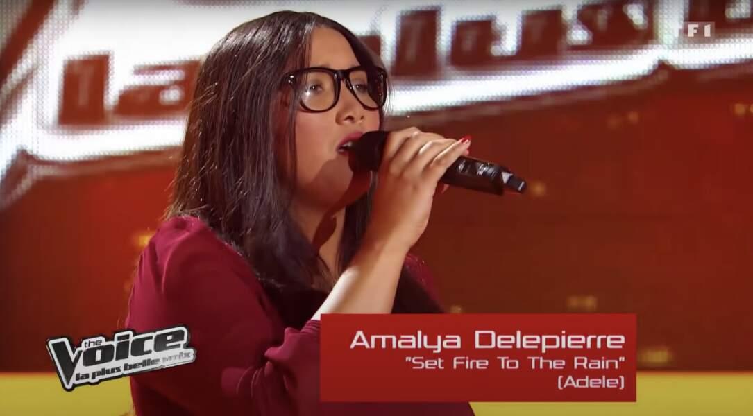 En 2012, Amalya Delpierre portait des lunettes à la Nana Mouskouri