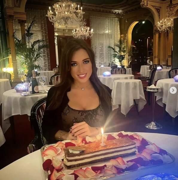 Elsa Esnoult, elle, a fêté son 33e anniversaire avec un très gros dessert.