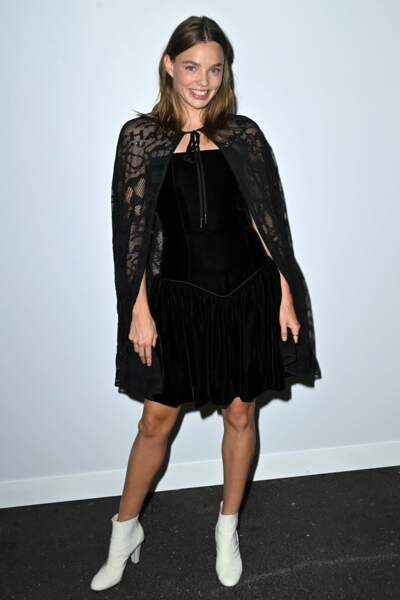Tandis que l'actrice et mannequin Kristine Froseth opte pour la petite robe noire indémodable !