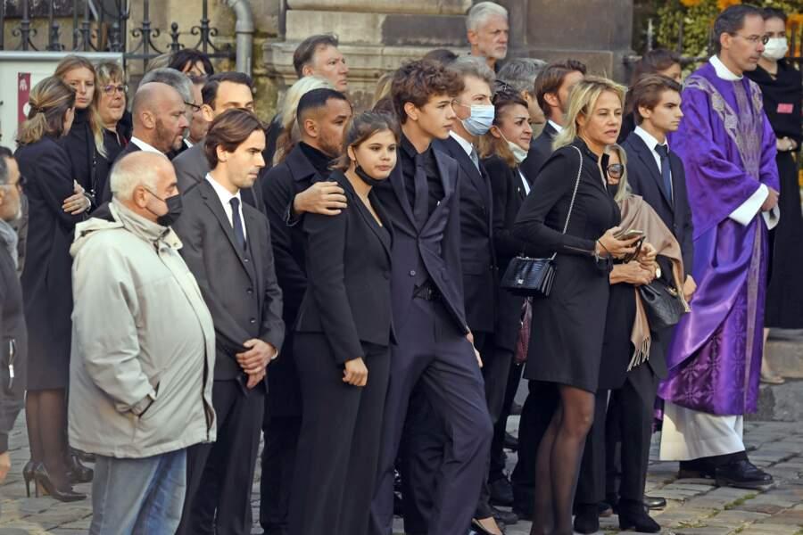 Les proches devant l'arrivée du cercueil