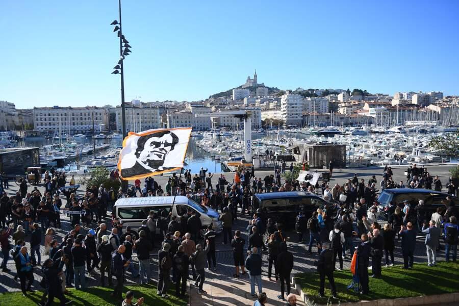 La foule est réunie à Marseille pour les obsèques de Bernard Tapie.