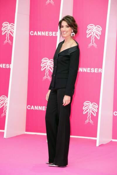 L'animatrice de Canal+ et Europe 1 avait revêtu une robe décolletée à manches longues pour l'occasion.