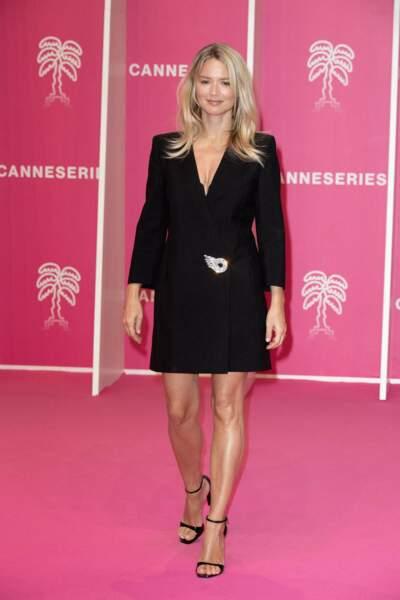 Celle-ci s'est montrée radieuse dans un total look noir qui contrastait avec le tapis rose.