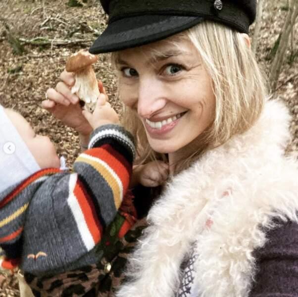 Dans la cueillette aux champignons, Pauline Lefèvre était aidée d'un de ses jumeaux.