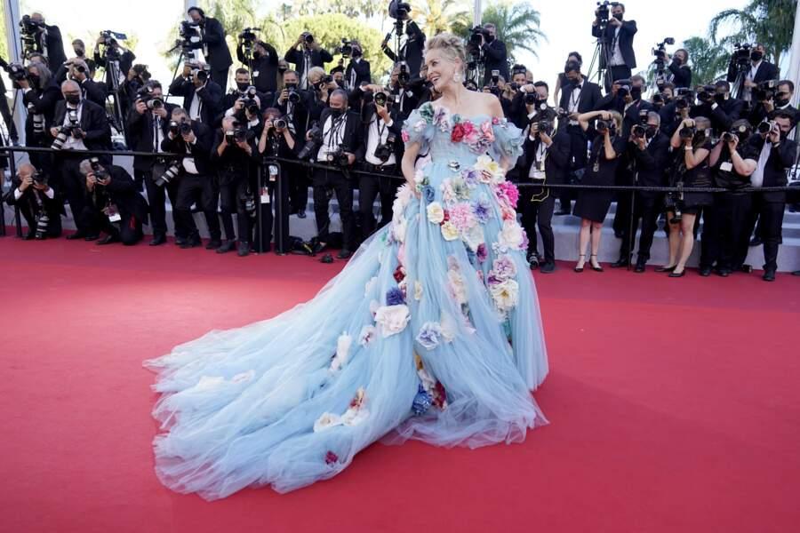 Sharon Stone dans une robe très fleurie